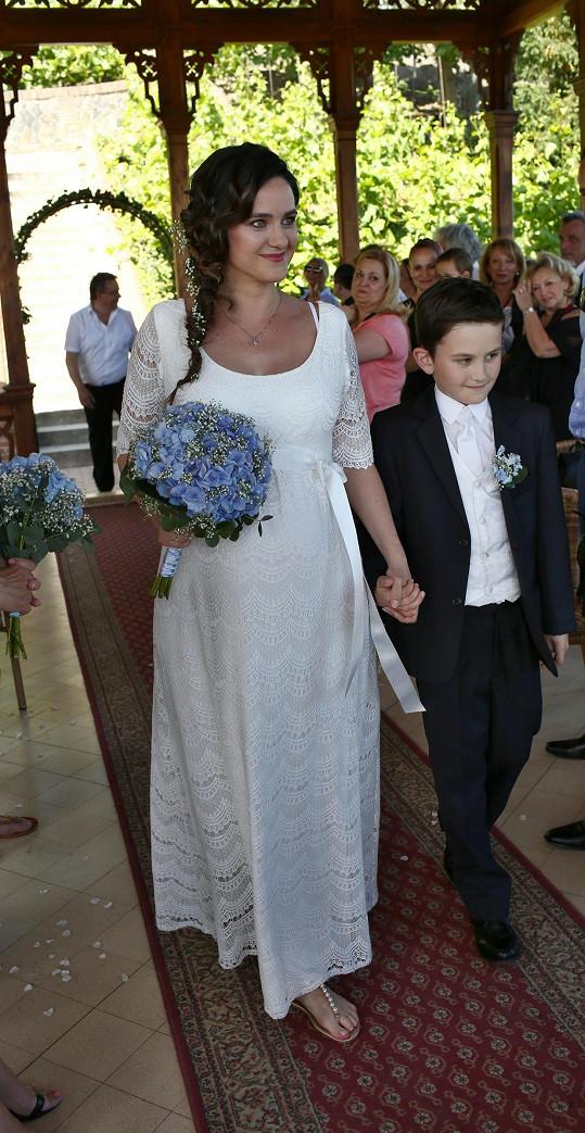 Dojatá nevěsta, kterou uličkou k oltáři vedl syn Matyáš.
