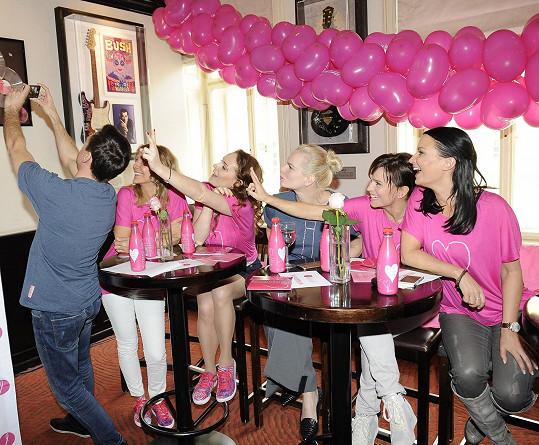 Vlna selfie spláchla i ambasadory růžového pochodu.