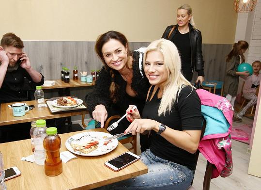 Z dietních hříchů Perkausové rozhodně nebyla nadšená její kamarádka Hanka Kynychová.