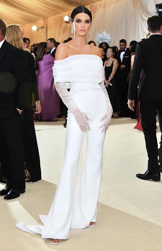 Svým sněhobílým kalhotovým kostýmem Kendall Jenner příliš pozornosti nepoutala. Minimalistické pojetí modelu dalo ale vyniknout šperkům od Tiffanyho.