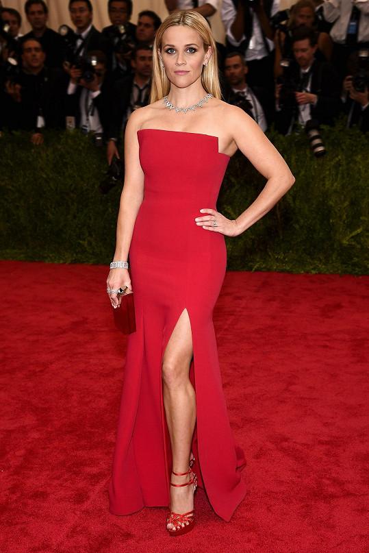Střídmému celku dodala Reese Witherspoon potřebné drama, když se ozdobila šperky s brilianty z podzimní kolekce Tiffany&Co., konkrétně náhrdelníkem inspirovaným mrakodrapy a prstenem, náušnicemi a náramkem z aktuální kolekce Masterpieces.