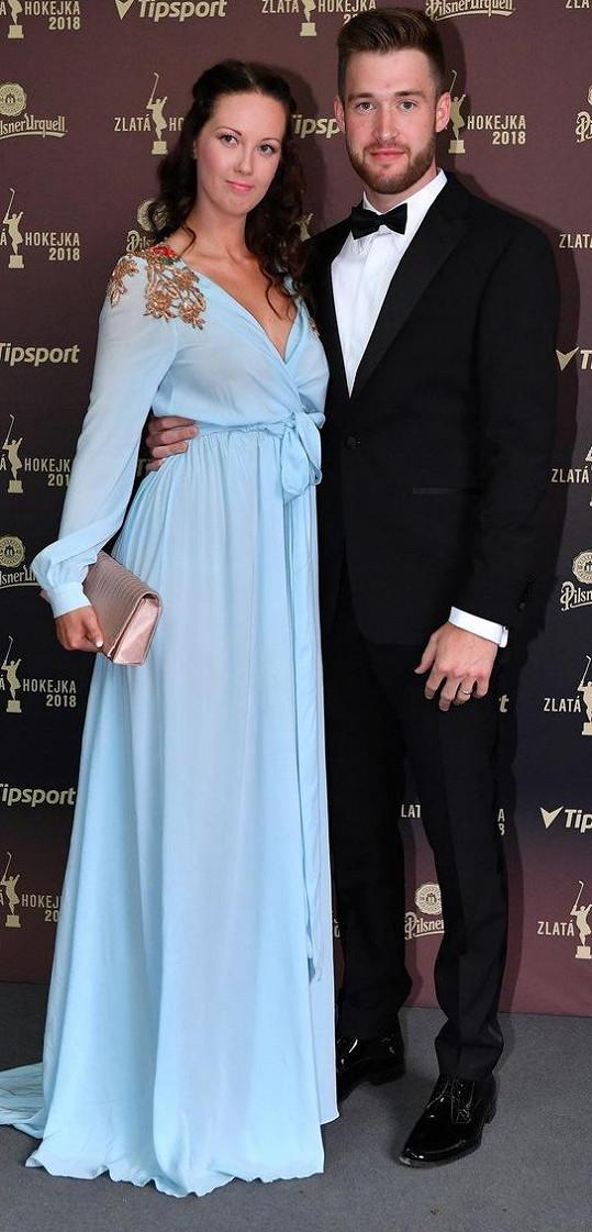 Pavel Francouz s manželkou Karolínou v šatech od Jakuba Ponera