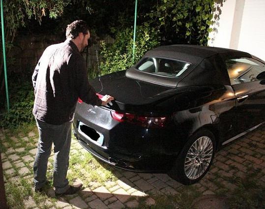 Domenicovi se konečně podařilo zavřit kufr auta i s cestovním zavazadlem Ivety Bartošové.