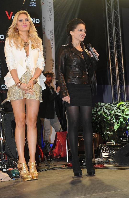 Simona a Lucie Bílá akci zahajovaly.