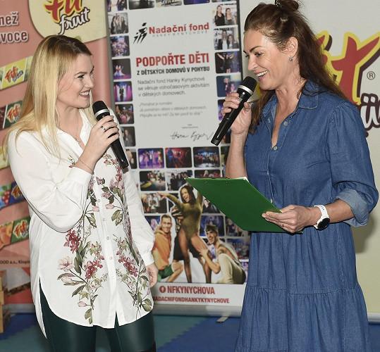 I tak přijala pozvání od cvičitelky Hanky Kynychové na zakončení její charitativní akce pro dětské domovy Hejbejte se a zpívejte.