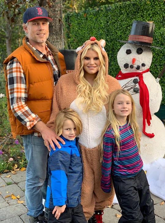 Jessica Simpson s manželem Ericem a dětmi Stellou a Acem.