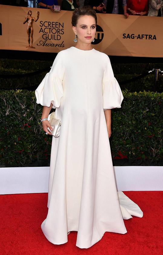 Vzhledem ke svému požehnanému stavu volila Natalie Portman volné šaty v duchu minimalismu od Diora. Herečka nominovaná za herecký výkon ve filmu Jackie jednoduchý model chytře doplnila velmi výraznými visacími platinovými náušnicemi, diamantovým náramkem a prstenem se žlutým safírem od Tiffany.