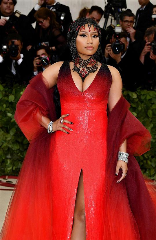 Svůj mocný výstřih raperka Nicki Minaj vyšperkovala kapucí z černých krystalů, která ostře kontrastovala s diamantovými náramky a prstenem Tiffany & Co.