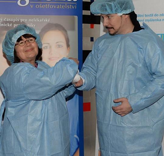 Na akci si s Uršulou Klukovou oblékli operatérský plášť.