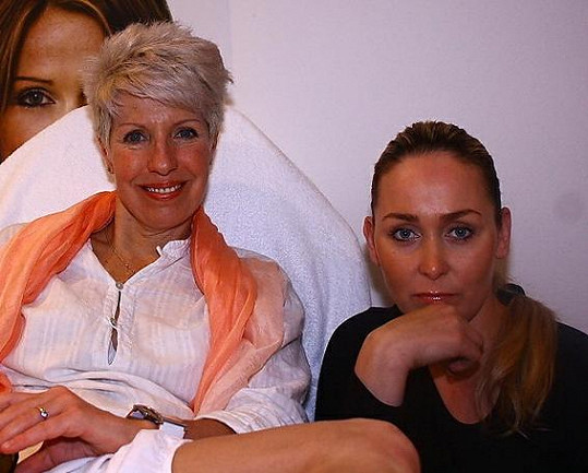 Marcela Březinová s Monikou, která jí epilaci prováděla.
