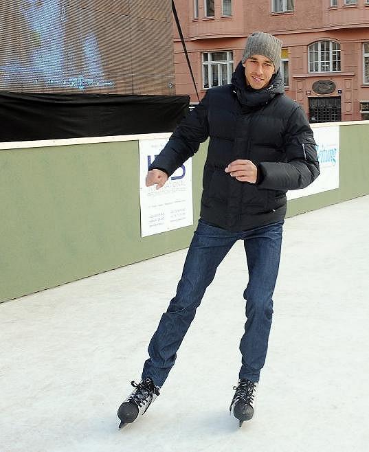Tenista to umí i na bruslích. V dětství hrál závodně hokej.
