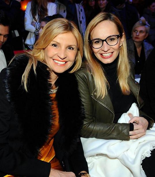 Monika Absolonová se vedle Tamary Kotvalové choulí do deky.