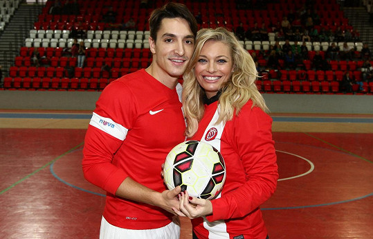Se svou životní partnerkou Lucií Borhyovou se aspoň rekreačně věnuje sportu.