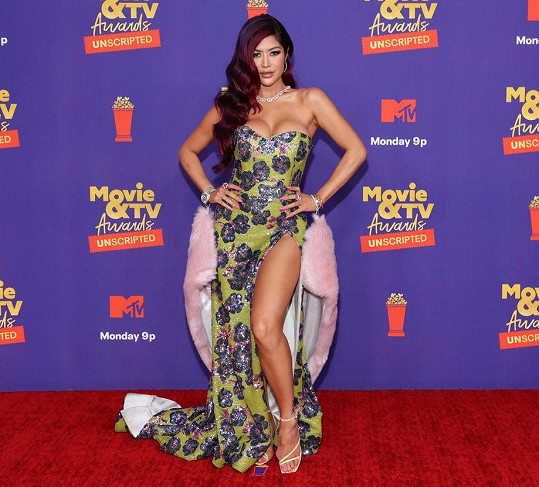 Další hvězda reality show Bling Empire, která předvedla nadupaný dekolt, byla dýdžejka Kim Lee.