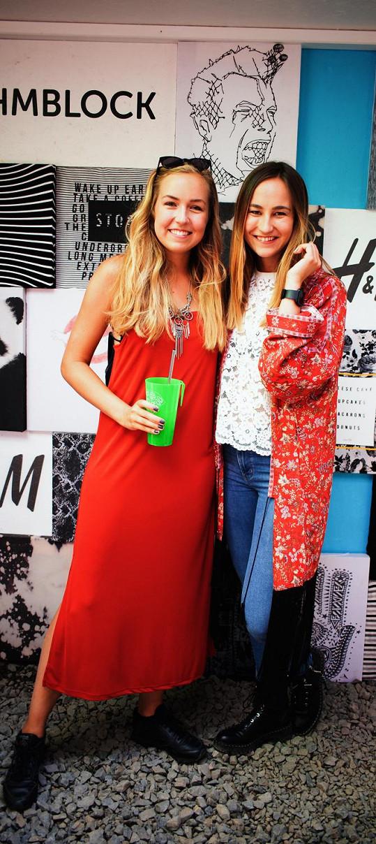 Sestry blogerky známé pod jménem A Cup of Style v outfitech z kolekce Ladies Trend