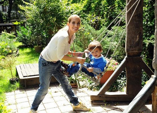 Eva Decastelo se synem Michaelem u houpačky.