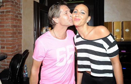 Martin Pouva s expřítelkyní Petrou vyrazili na oslavu narozenin dýdžeje.