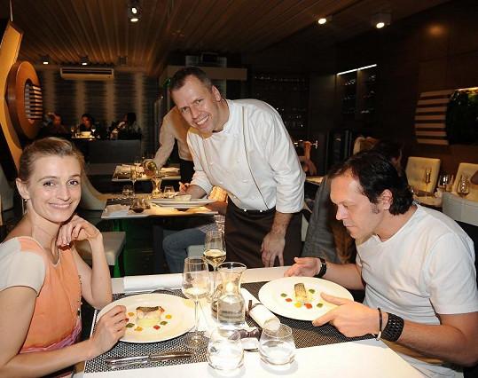 Ivana Jirešová s manželem Viktorem Dykem si pochutnávali na delikatesách šéfkuchaře Romana Hadrbolce.