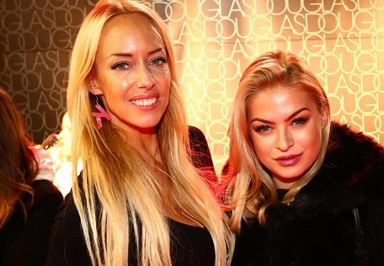 Společnost jí dělala mimo jiné zpěvačka Kateřina Mátlová (vlevo).