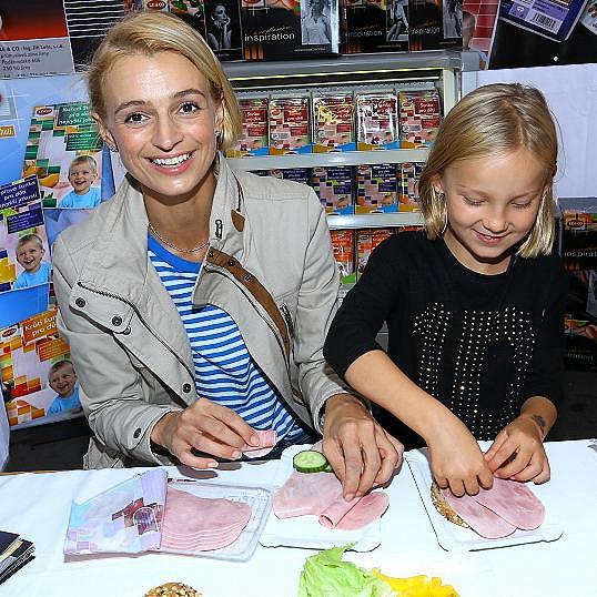 Ivana Jirešová s dcerou Sofií na akci, kam je pozvala Romana Jákl Vítová.
