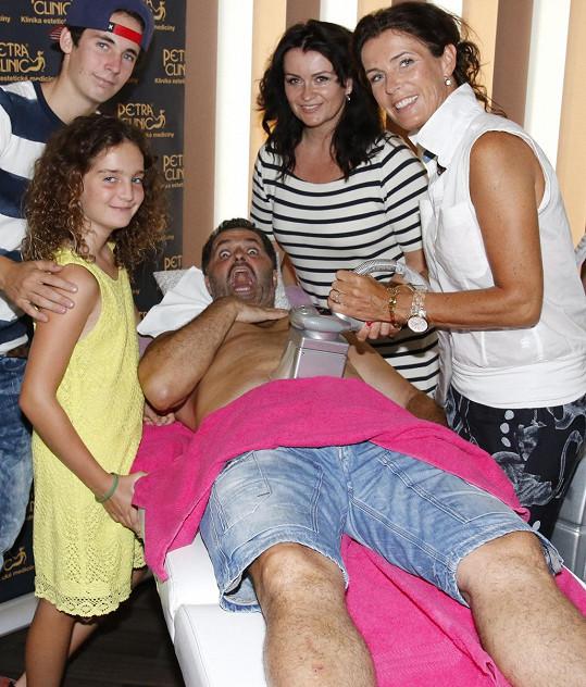 Rodina sledovala, jak o sebe taťka nechává pečovat.