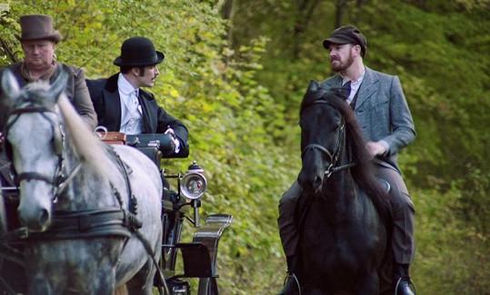 Téměř z něj neslezl, když ho tedy kůň neshodil.