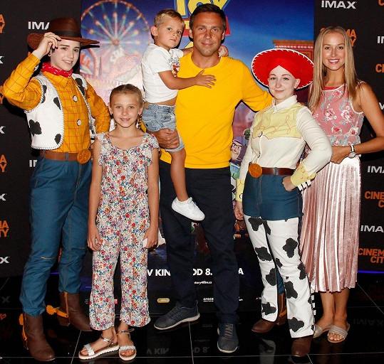 Společně i s Romanovými dětmi se dobře bavili v kině u animovaného filmu.