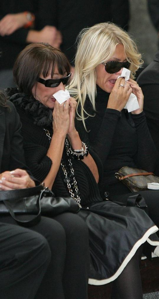 Františka a Dara na pohřbu společného kamaráda, stylisty Daniela Procházky, v roce 2006.