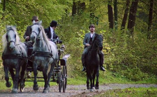 Scén na koni měl Majer opravdu hodně.