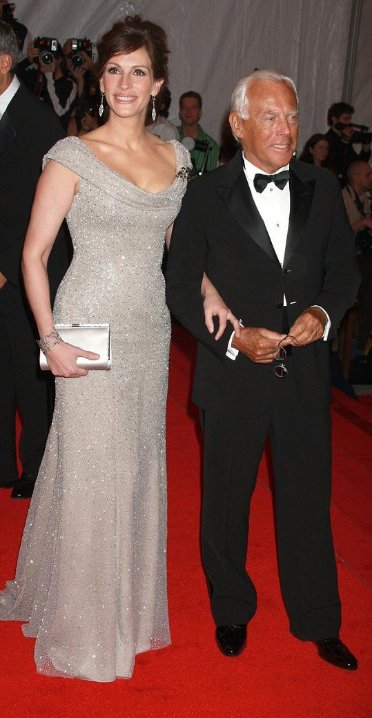 Julia Roberts s módním návrhářem Giorgiem Armanim na Met Gala v roce 2008