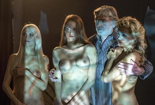Vladimír Kratina ve společnosti nahých dívek