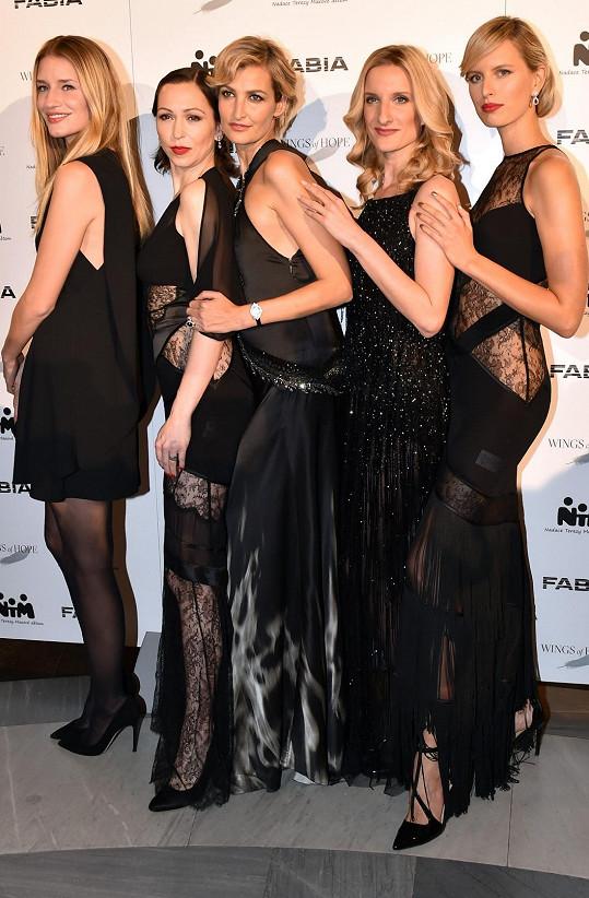 Důležité ženy večera hezky pohromadě. Linda Vojtová, Zuzana Stivínová, Tereza Maxová, moderátorka večera Adéla Banášová a Karolína Kurková.