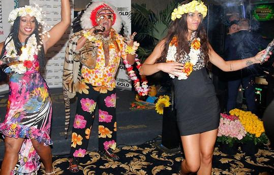 Vystupovala s ním na jeho show (vpravo).