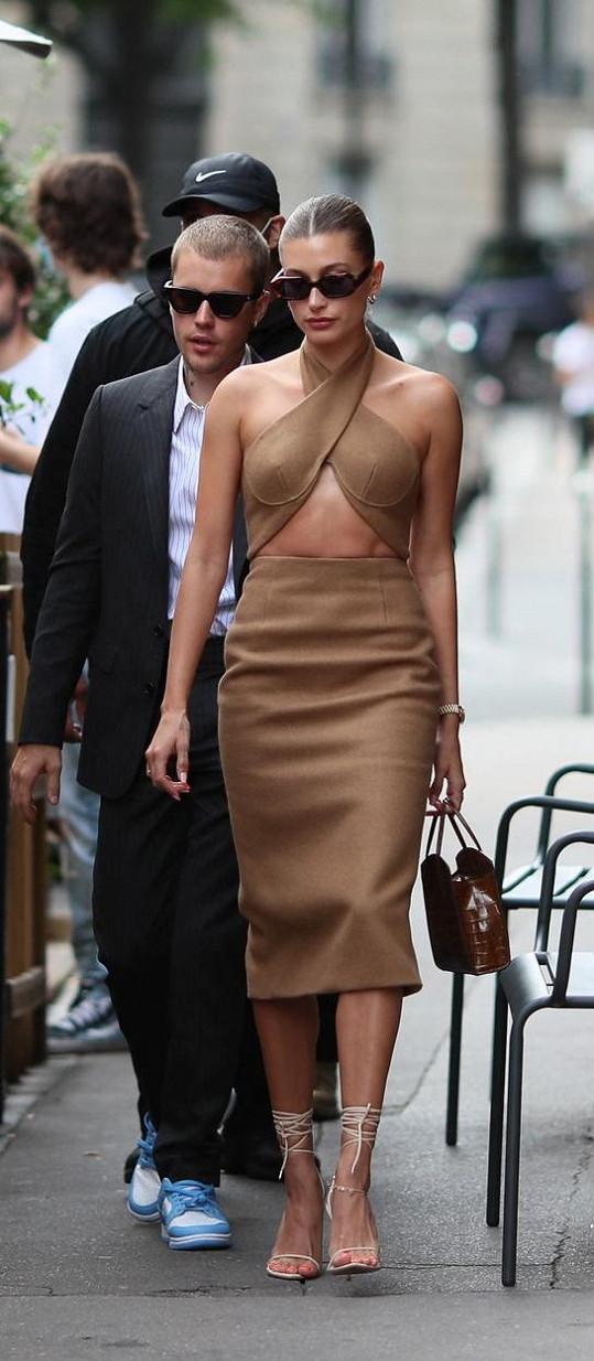 Modelka dorazila v sexy šatech, zpěvák k obleku zvolil výrazné tenisky. Po setkání cestou na večeři