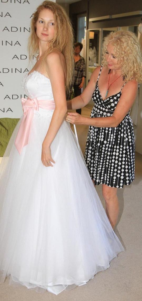 Se zkoušením šatů jí pomáhala její maminka Světlana Nálepková.