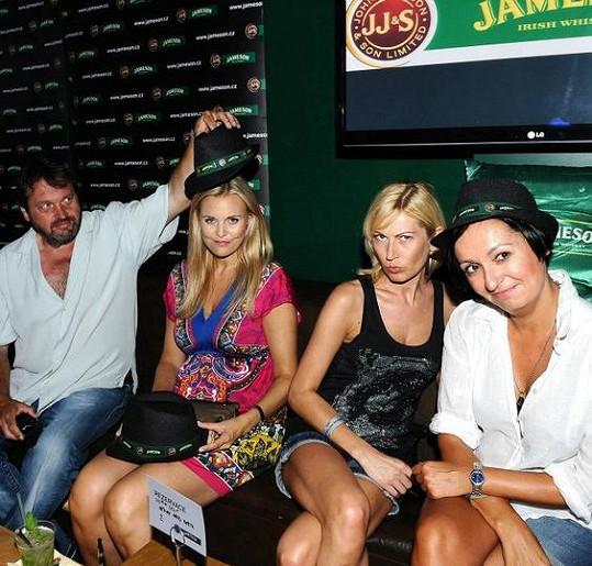 Pepa s reportérkami na párty.