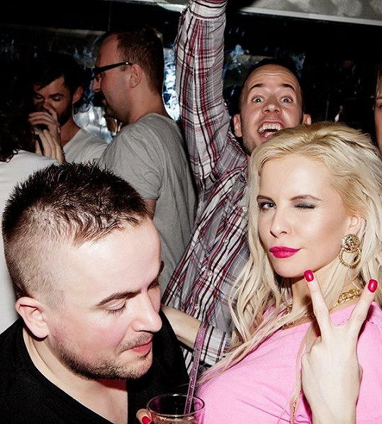 V klubu jela zábava na plné obrátky.