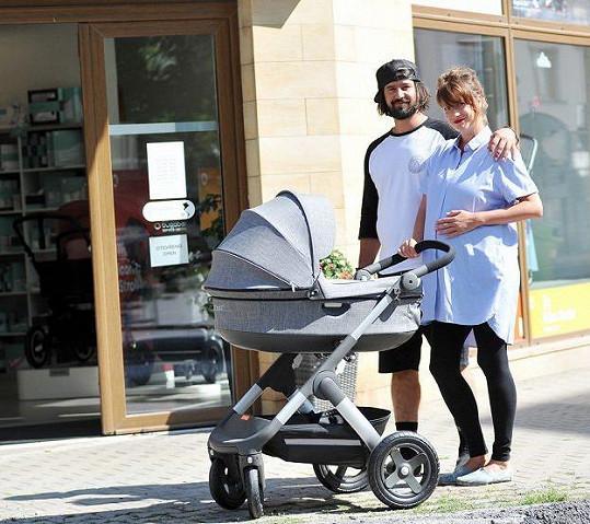 Lenka Zahradnická a její partner se těší z narození holčičky.