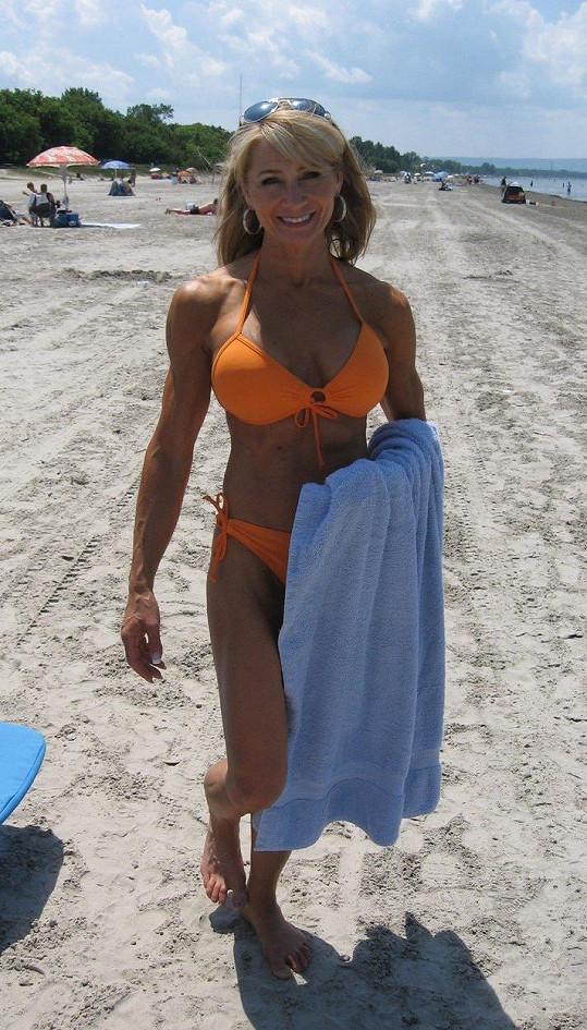 Tipli byste této ženě 61 let?
