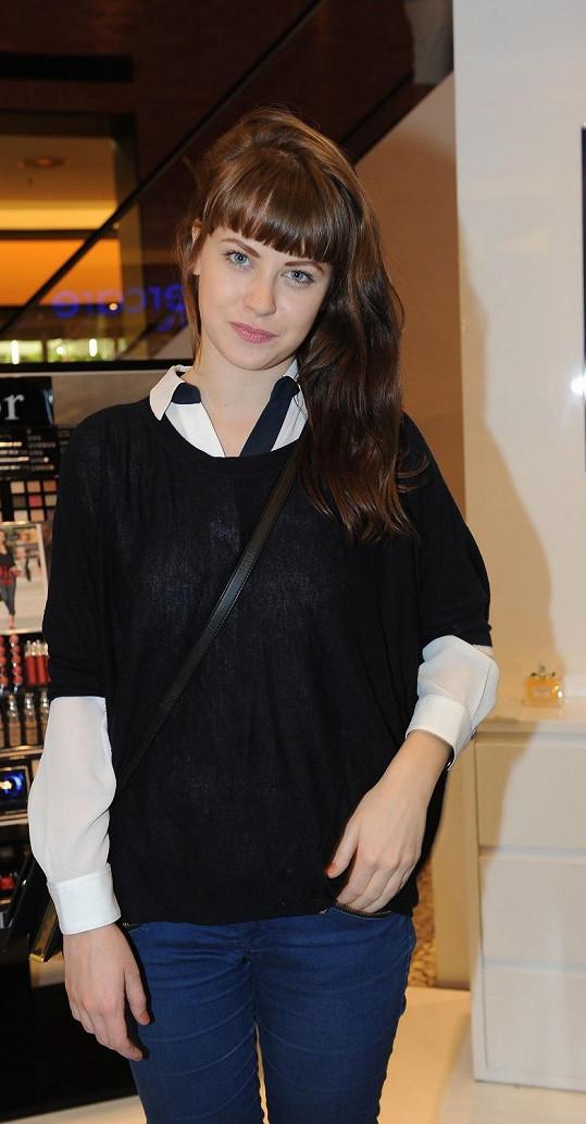 Jenovéfa Boková je rozkošná i s účesem podle kastrolu.