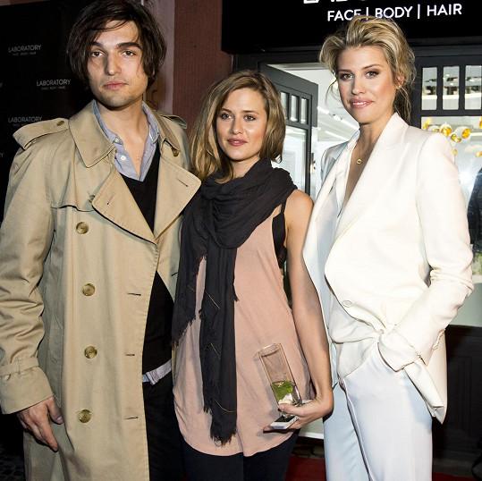 Jordan a Emma přijali pozvání na white koktejl pořádaný u příležitosti otevření salonu krásy Terezy Brabcové, dcery herečky Veroniky Freimanové a režiséra Jaroslava Brabce.