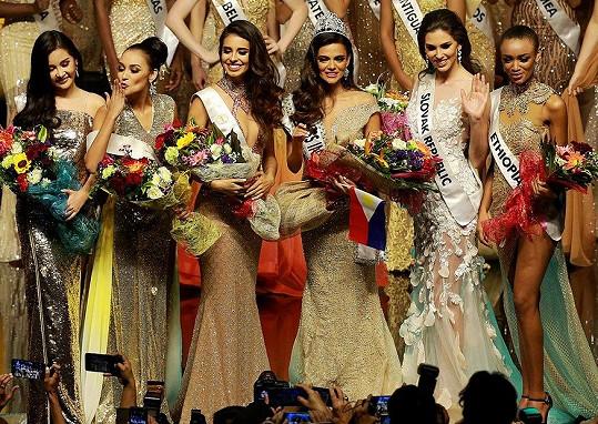 Laura Longauerová (druhá zprava) mezi šesticí nejkrásnějších dívek podle Miss Intercontinental