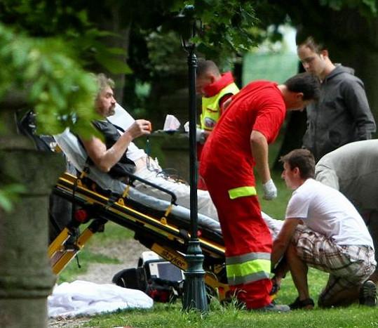 Poté ho na nosítkách odnesli k sanitce.