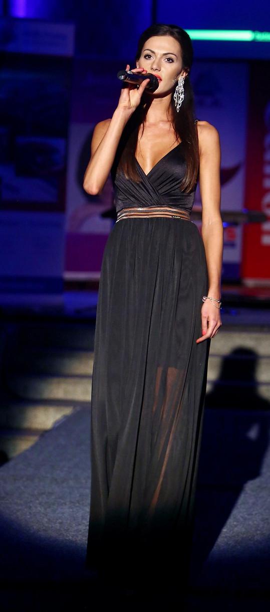 Kromě předvádění modelů také zazpívala.