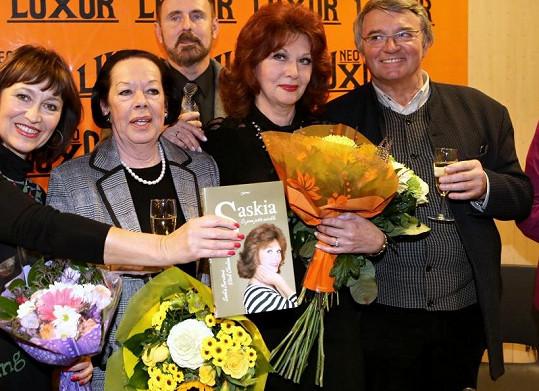 Knihu pokřtili Yvonne Přenosilová, Petra Černocká a Vlastimil Harapes.