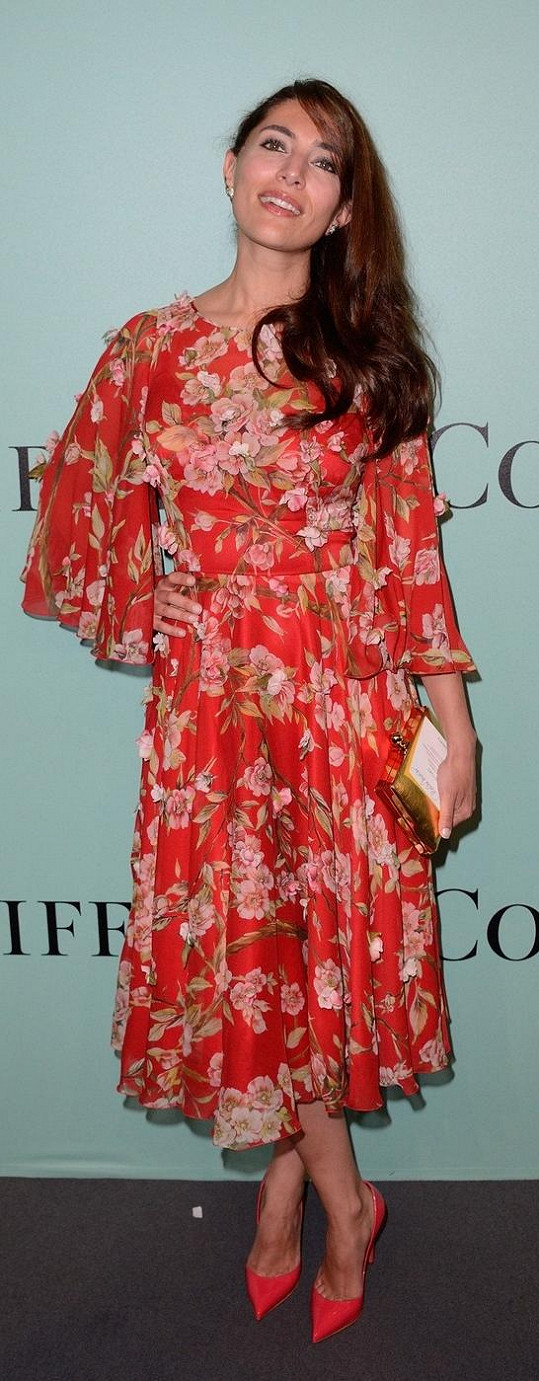 Překrásná italská herečka Caterina Murino byla v rozevlátých zavinovacích šatech s dlouhými rukávy a plasticky vystupujícími květy nepřehlédnutelná. Libí se nám, jak si herečka nechala vytvořit romantický účes, když jí vlasy volně sčesali na stranu. Koresponduje to s charakterem šatů.