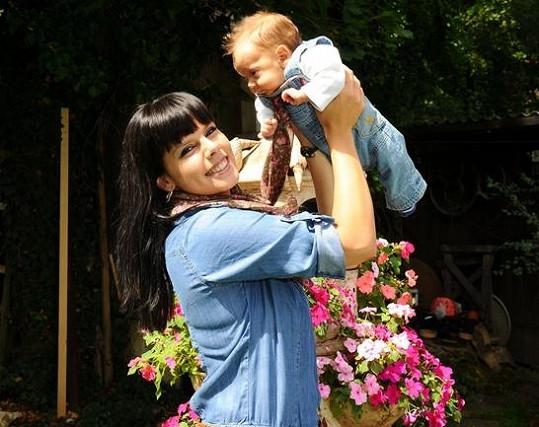 Dvouměsíční chlapeček se má čile k světu.