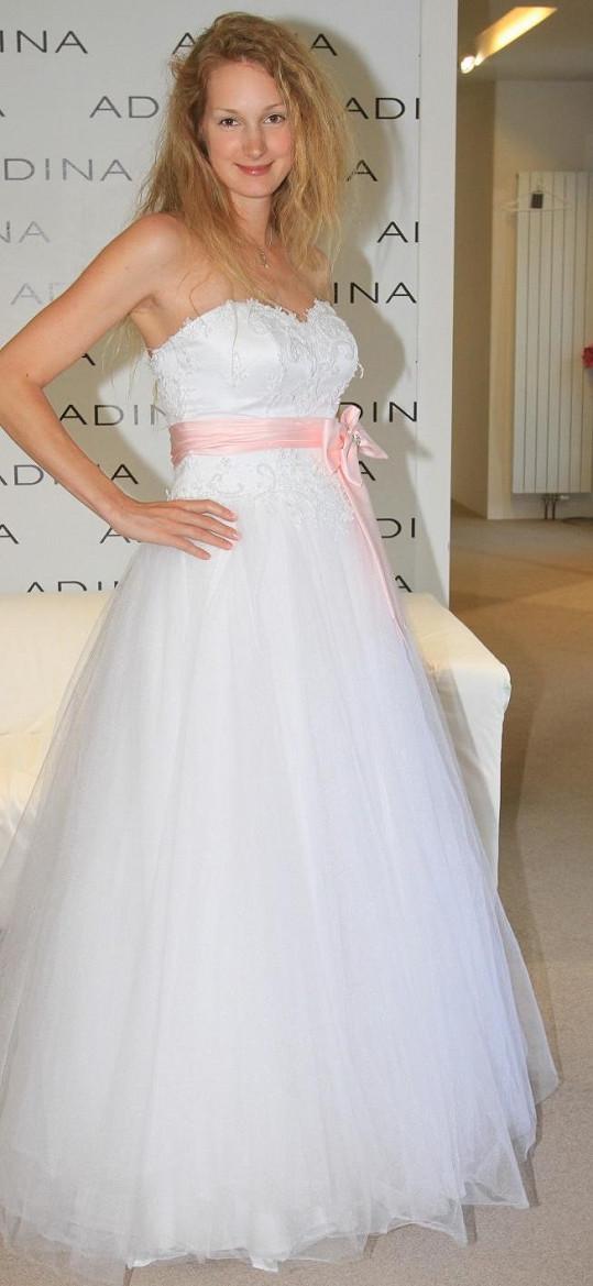 Josefína Nesvadbová si vybírala svatební šaty.