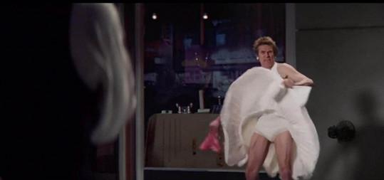 Dafoe si vyzkoušel legendární scénu z filmu Slaměný vdovec.