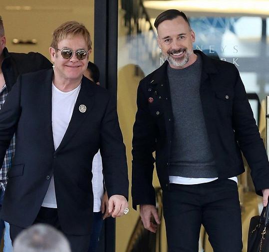 Elton John a David Furnish, muži, kteří jí změnili život.